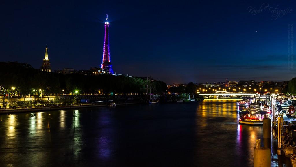 Der Beginn des Feuerwerks kündigte sich mit einem Wechsel der Beleuchtung des Eiffelturms in den französischen Nationalfarben an.