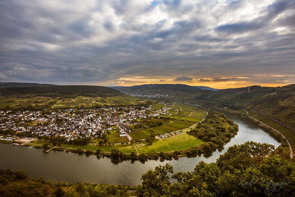 Blick vom Prinzenkopfturm auf den Ort Pünderich. Foto: Michael Kaub